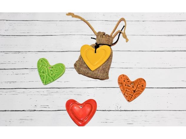 cuore in ceramica con sacchetto di juta
